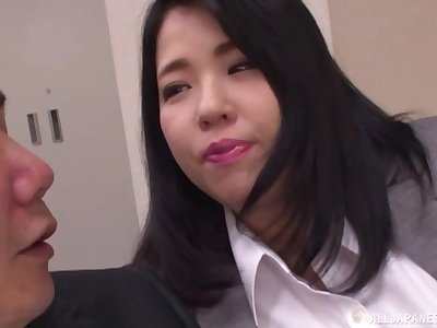 BBW Japanese secretary Yuuki Iori gives a titjob at the office